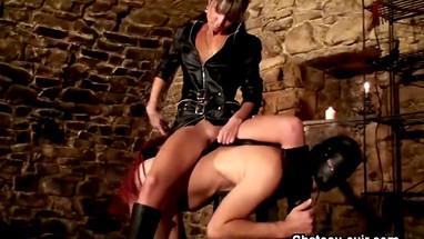 Худая госпожа топчется по груди молодого раба и порет парня