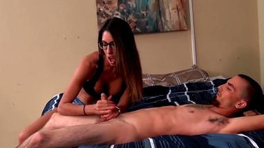 Подружка вручную доводит любимого парня до оргазма