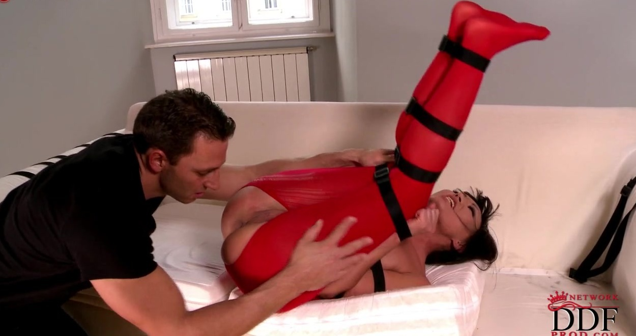 Задрали ее ноги ей за шею и жестко ебет ее вжопу