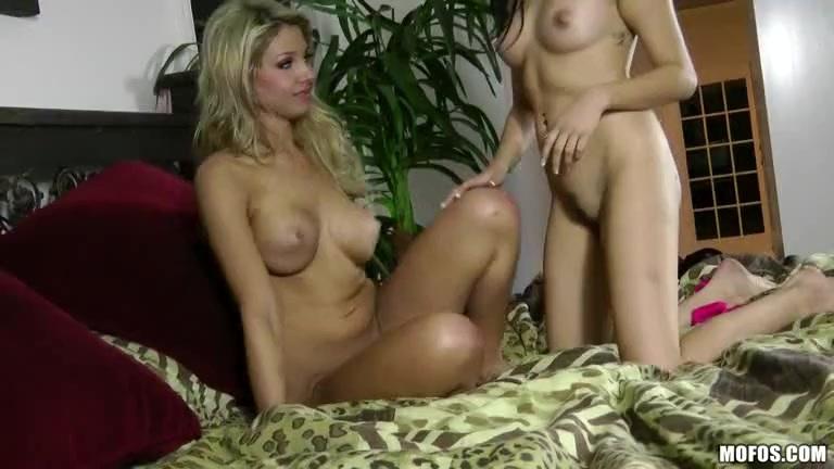 Порно как две девки вибраторами игрались и громко стонали 5 фотография
