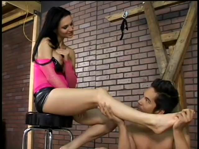 Порно раба бьют кнутом а он целует ноги фото 627-969