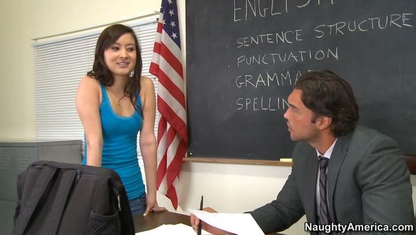 Преподаватель трахается с двумя студентками на столе в кабинете  497123
