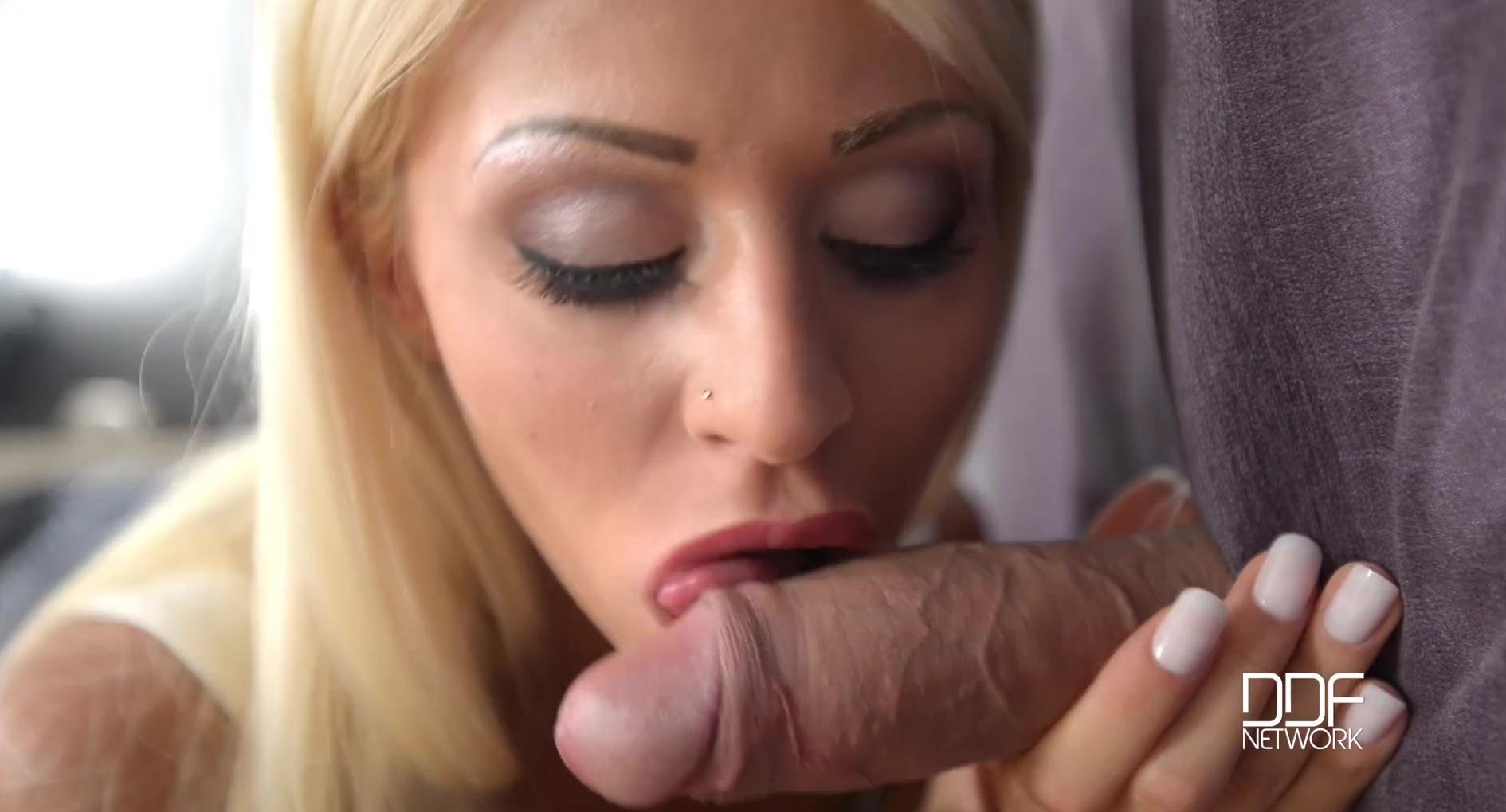 Она сосет его член очень долго и получает порцию спермы фото 653-506