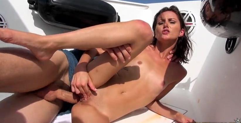 Порно на яхте с жопастой