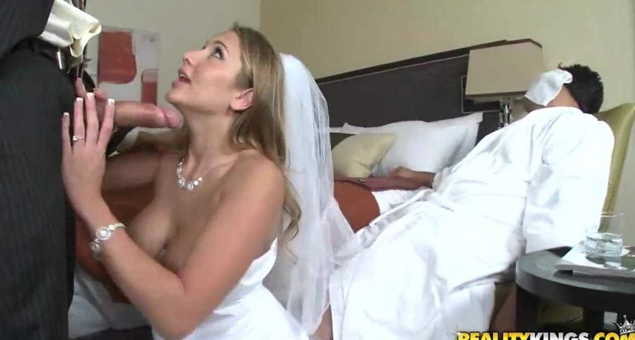 Пока муж в ване отсосала у его друга порно ролики фото 250-172