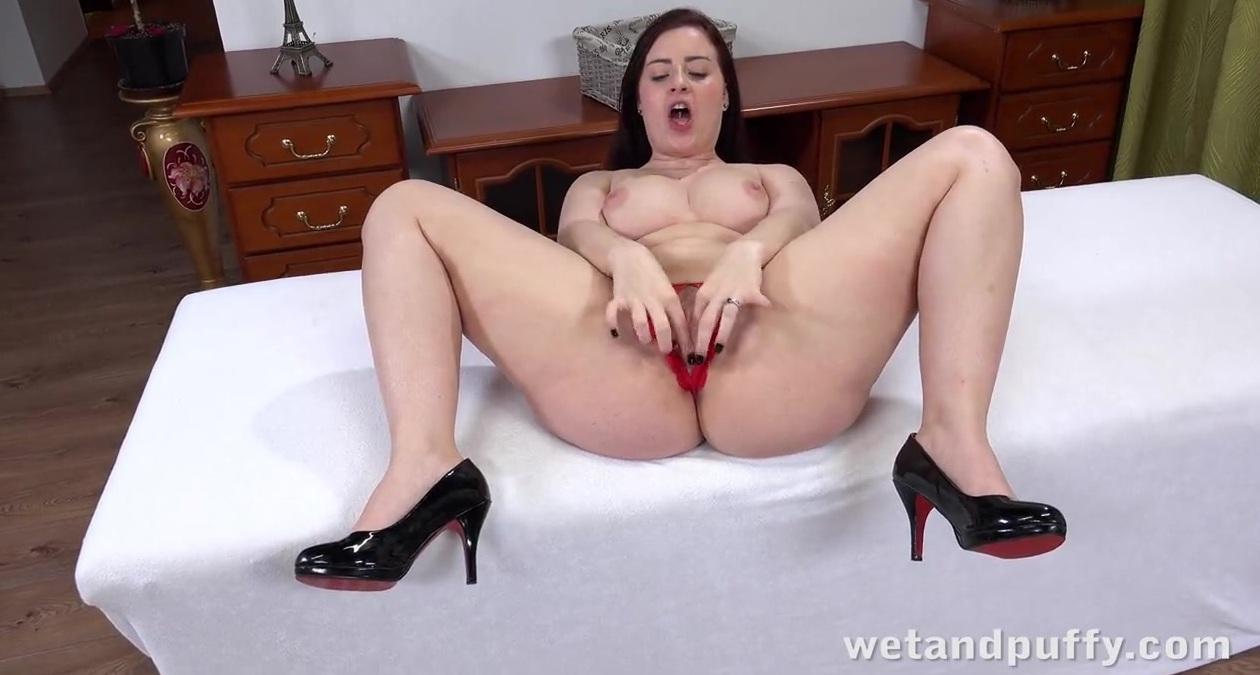 Брюнетки роскошными бедрами в черных чулках с раздвинутыми ножками порно фото 167-655