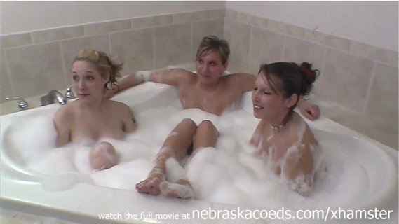 лесби дома бреются в ванне первый секс