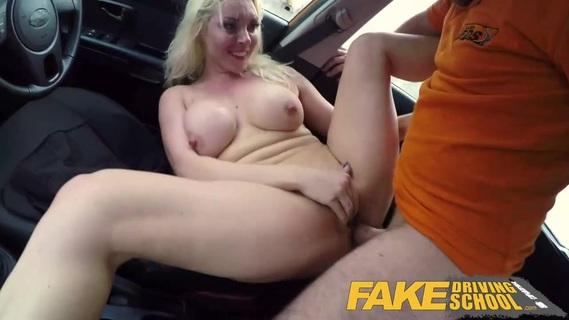 Пышногрудая блондинка в машине порно