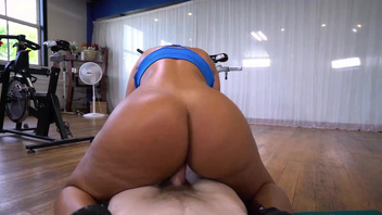 Instructor helps Rose Monroe to burn calories by fucking her in the gym. Instructor helps Rose Monroe to burn calories by fucking her in the gym