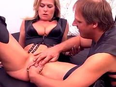 Госпожа заставляет свою грудастую сексуальную рабыню быть с повязкой