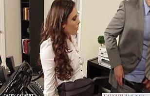 Красивая девчина потрахалась во офисе.