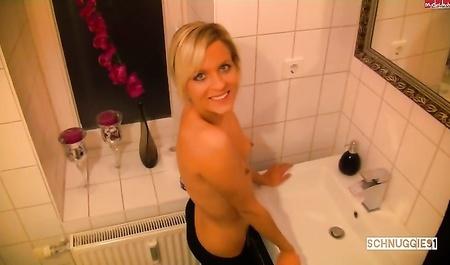 Зашел к подруге в ванную, чтобы побыстрее её вытрахать