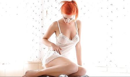 Рыженькая красава мастурбирует в ванной. По мнению этой рыжей бестии – окунаться равным образом отнюдь не предпринимать мастурбацией, получается безуспешно истратить свое время. Девушка нетрудно обожает оргазмы, а вот и все все, который не без; ними связано. Нежась в джакузи, рыженькая краса ублажает свою прелестную киску самыми разнообразными способами. Надо сказать, почто сие у нее сильно на ять получается.