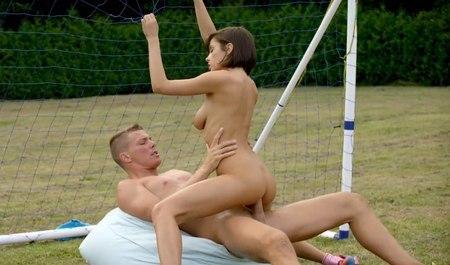 Стройная брюнетка из группы поддержки палится перед мужиком и трахается с ним - секс порно видео