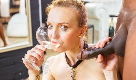 Alexia Anders садится сладкой писечкой на член