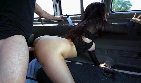 Вместо массажа начал трахать в микроавтобусе