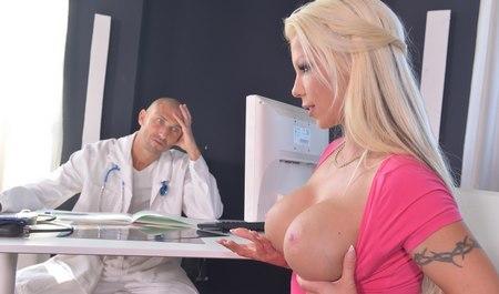 Девушка доктор трахается с пациентками