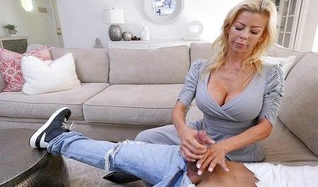 Блондинка снимает халат с грудастой лесбухи и дрочит её пилотку пальцами