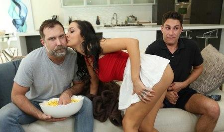 Муж смотрит на секс жены с другим и радуется ее удовольствию