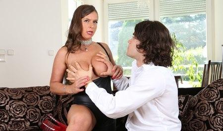 Нимфоманка смело сосёт парню, взбирается на его член с удовольствием