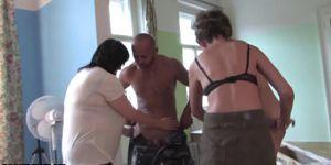 Чарльз Дера пригласил двух опытных бабищ с большими дойками заняться оргией