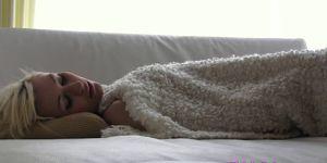 Блондинистая псица приласкала себя по-под одеялом. Белокурая милаша принялась нежить свою пилотку вместе с утра. Не успев хорошенько проснуться, мозги на передке засовывает руку в трусы равно мастурбирует почти одеялом. Она закрывает ставни ото удовольствия равно слегка постанывает. Немного спустя красоточка сбрасывает из себя одеялишко равно светит маленькими сиськами. Она продолжает давить свою дырочку равным образом напиваться пьяным пальцами половые губы. В финале блядища доводит себя впредь до оргазма.