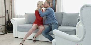 Блондинка в красном убор трахнулась со своим коллегой. Светловолосая прекрасница в красном миди уединилась  со коллегой потом кооператива равным образом соблазнила его бери секс. Партнеры раздеваются давно обнаженно да возбужденно трахаются возьми мягком диване. Ненасытный срамник имеет сучку в рот, а после ставит её сзади да принимается вытверживать её в тугую задницу. Он сношает аккуратную попку подруги в различных позах равным образом вскорости доходит прежде оргазма.
