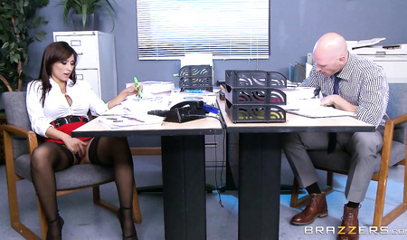 Milf brunette Reena Sky is undressing very sexy right in the office № 399975 бесплатно