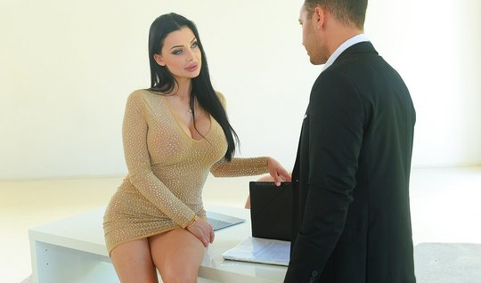 Секретарша с большими силиконовыми сиськами фото