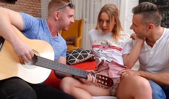 Девушку Научили Играть На Гитаре При Помощи Члена — Порно Фото