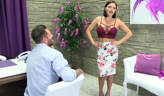Помощник по делам трахает порно начальницу Крисси Линн