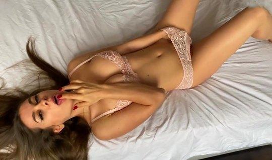 Знойная Кристен снимает с себя сексуальное белье на черной постели