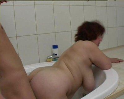 Смотреть порно видео теща в ванной благодарю