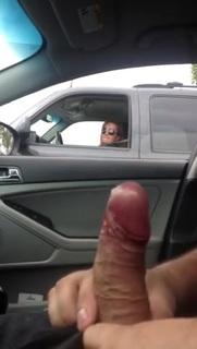 Приспичило и мама мастурбирует в машине