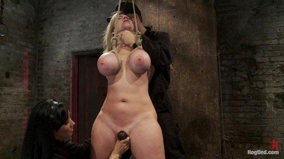 Знойная Блондинка Ублажает Себя В Кресле Вибратором.