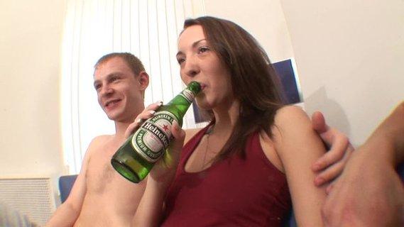 Телочка в чулках любит пиво и секс онлайн