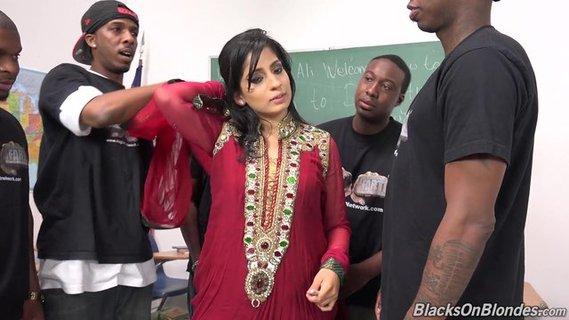 Чернокожие девушки сосут члены парням