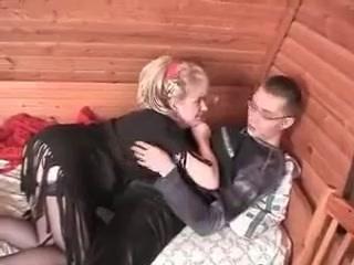 Бухая русская шалава изменила парню с его другом
