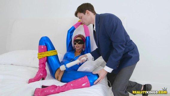 Связанная барышня во сексуальном костюме получает ненасытимый оргазм через вибратора да ебли.