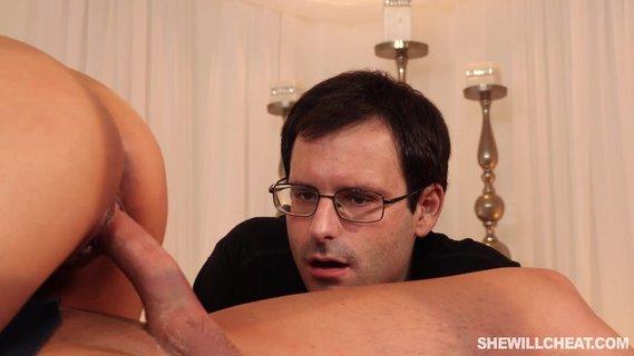 Муж с с другом трахает свою жену сексуальные голые