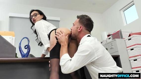 секрет, что подчиненный лижет на рабочем месте ножки бизнес леди фото накормили итоге
