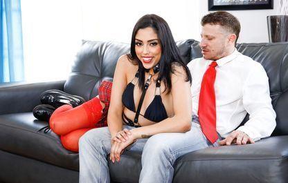Развратная Девушка Положила На Диван Несколько Секс Игрушек И Принялась Забавляться С Своей Дырочкой Смотреть
