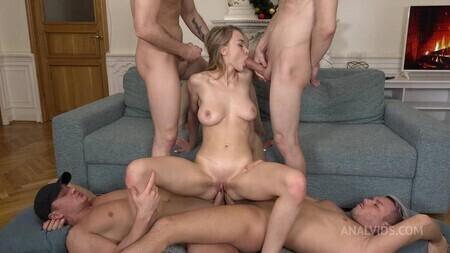 Русская блядь пришла нескольких мужиков к себе домой и дала им в очко