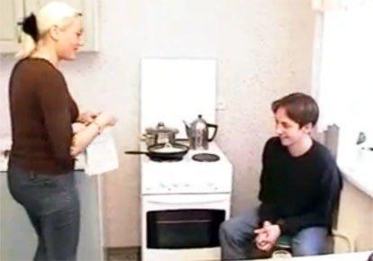 Мамка дала на кухне раком