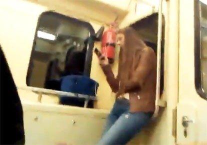 вас брюнетка сняла парня в метро пять