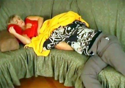 Сынок присунул спящей мамке в попец