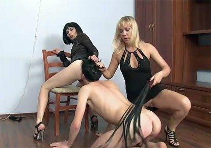 Две русские госпожи шлепают крепостная равным образом заставляют облизывать зад. Две русские госпожи шлепают крепостная равно заставляют вылизывать зад