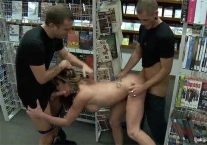Трахнул продавщицу в подсобке