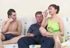 Фото парень напоил снотворным девушку а потом трахнул, молодая стройная девушка с упругими сиськами порно