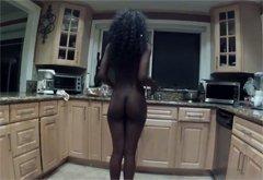 Негритянка танцует у себя в комнате